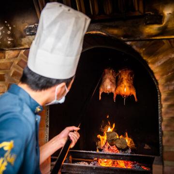 El Restaurante chino Hutong hornea el Pato con leña de frutales
