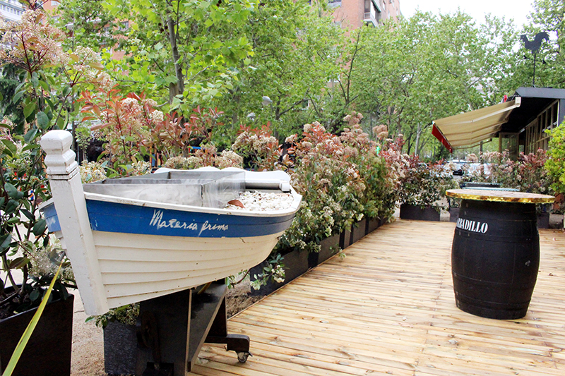 Terraza con barca en Materia Prima Madrid