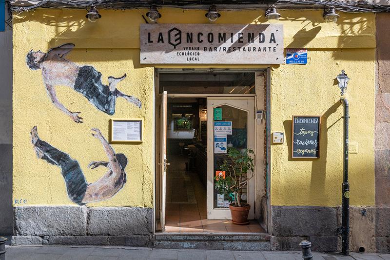 Arte en la fachada de un restaurante e Lavapies